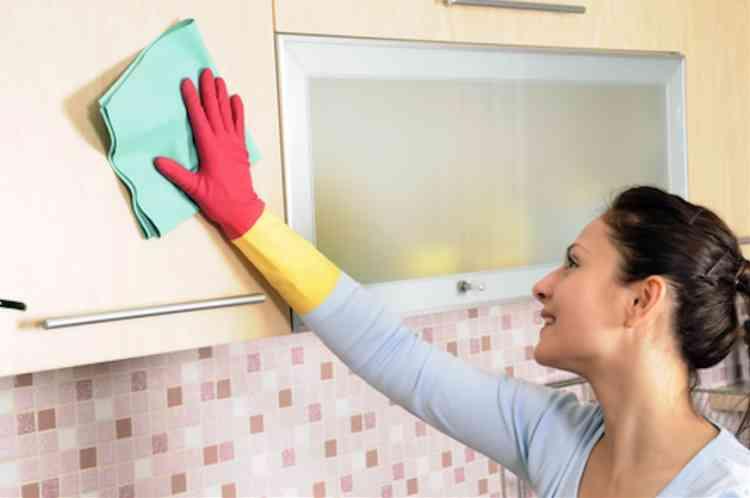 طريقة تنظيف خشب المطبخ ليستعيد بريقه ولمعانه