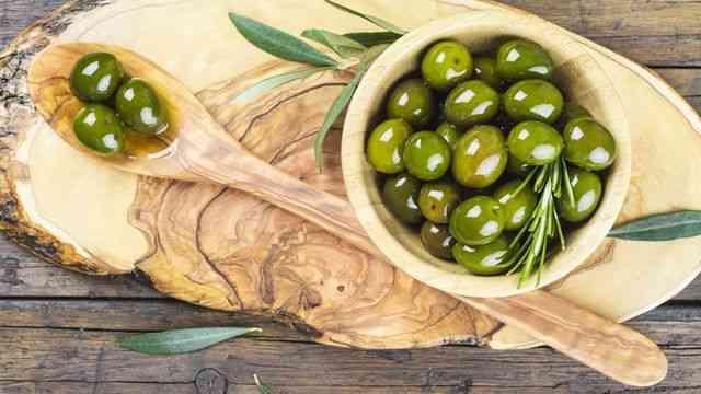 طريقة عمل الزيتون المخلل لسفرة شهية