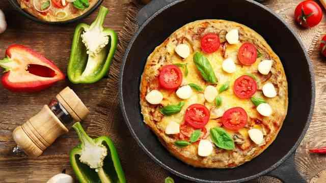 طريقة عمل بيتزا الطاسة في عشر دقائق بخطوات بسيطة