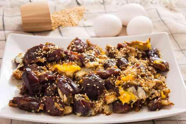 طريقة عمل طبق بيض بالعجوة لوجبة فطور شهية
