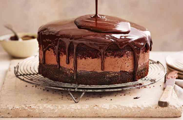 طريقة عمل كيكة الشوكولاتة بصوص مختلف