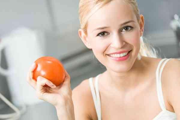 فوائد الطماطم الساحرة لجمال بشرتك وصحة شعرك