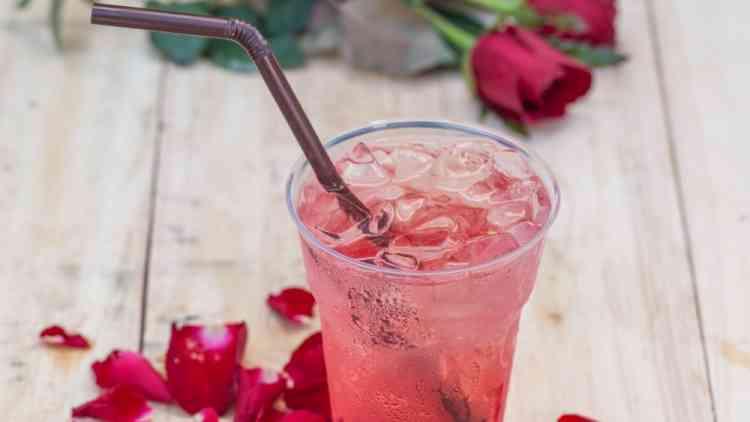 فوائد شرب ماء الورد وطرق استخدامه