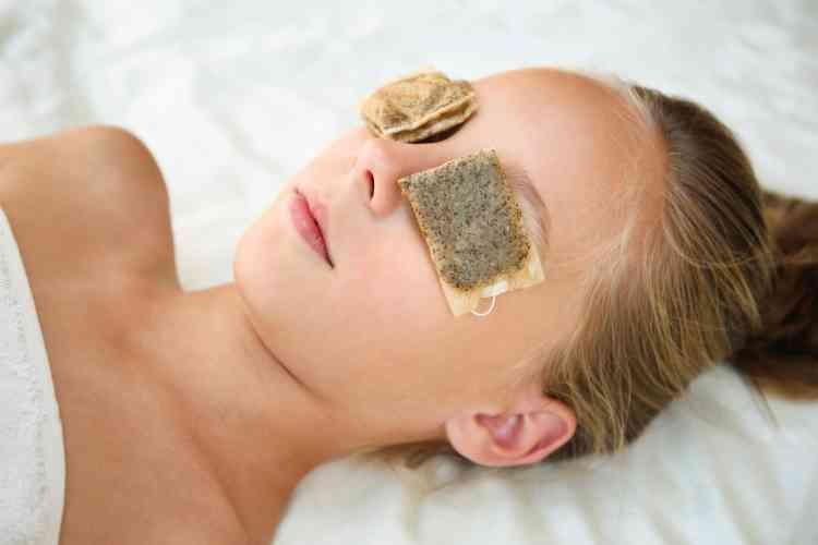 فوائد كمادات الشاي للبشرة والعيون