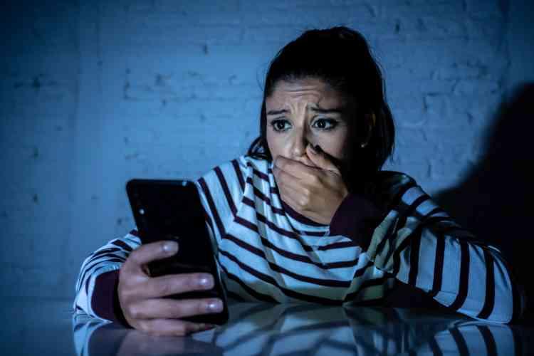 قصص نساء تعرضن للابتزاز الإلكتروني وانهارت حياتهن