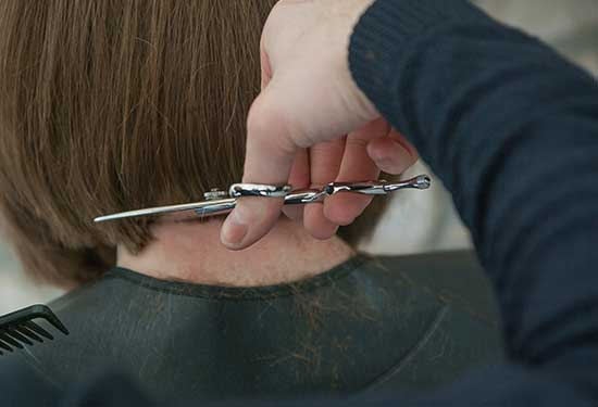 قص الشعر بطرق مختلفة ومعرفة الفوائد والأضرار