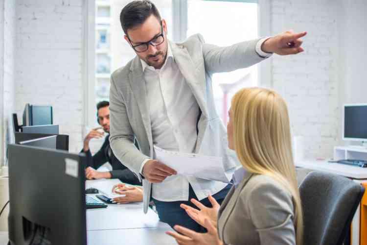 كيف تتعامل مع المدير السيء بطرق ذكية وفعالة