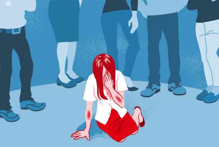 لوم الضحية.. لماذا نترك الجاني ونضغط على الأضعف؟
