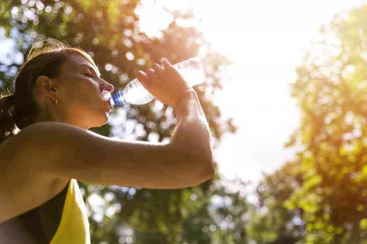 هذا ما يحدث لجسمك بسبب الجفاف وقلة شرب الماء