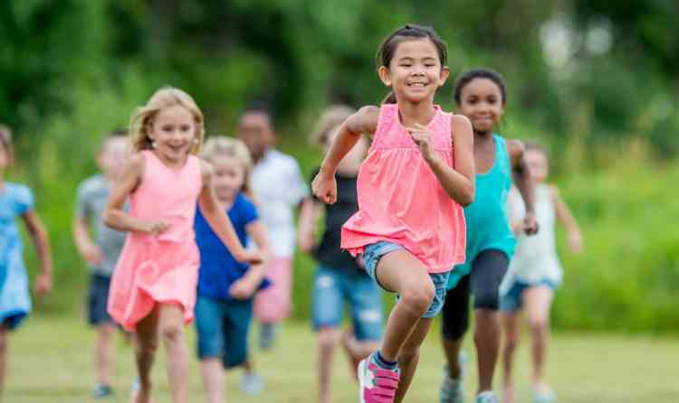10 نصائح مهمة في تربية البنات.. لتكبر قوية وواثقة