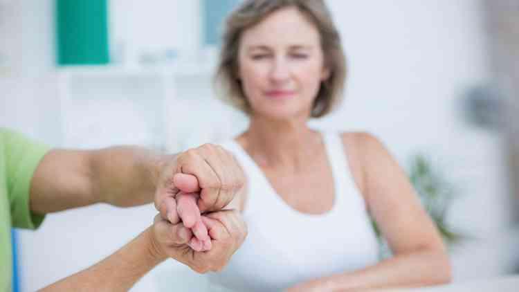 أسباب رعشة الجسم وأنواعها وطرق العلاج