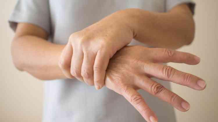 أسباب رعشة اليد وطرق علاجها والتخلص منها