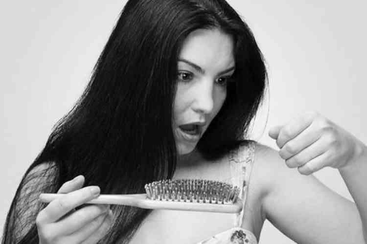 أسباب ظهور الشعر الأبيض وطرق التخلص منه