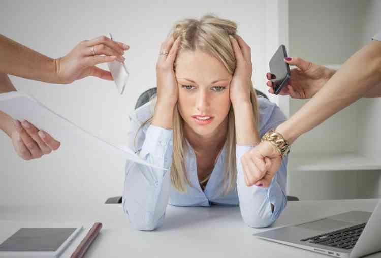 أفضل 10 طرق للتركيز عندما تشعر بالتوتر في العمل