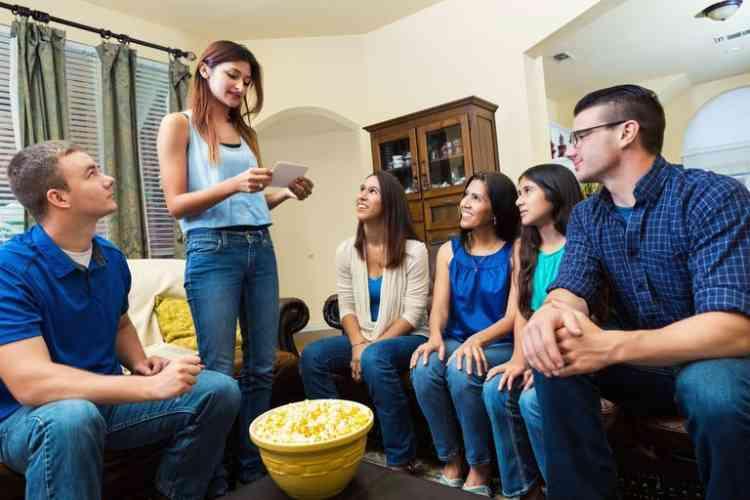 ألعاب جماعية منزلية لوقت ممتع مع العائلة والأصدقاء