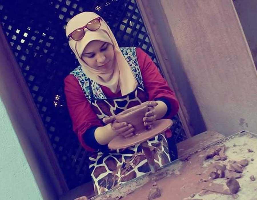 أمنية أبو القاسم فنانة بيع النوستالجيا في مصري ماركت