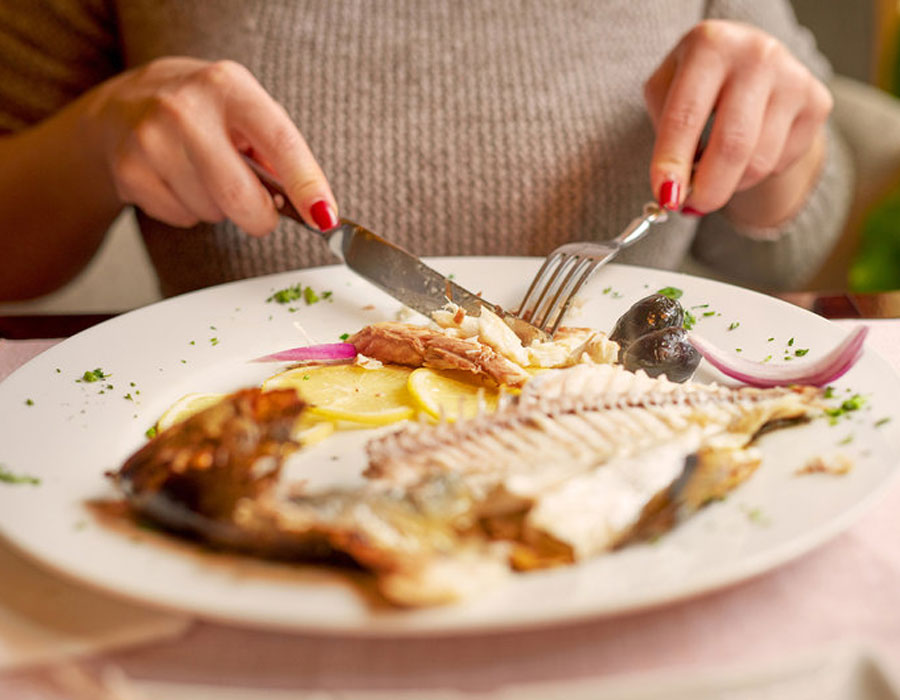 إتيكيت أكل السمك والرنجة في العزومات
