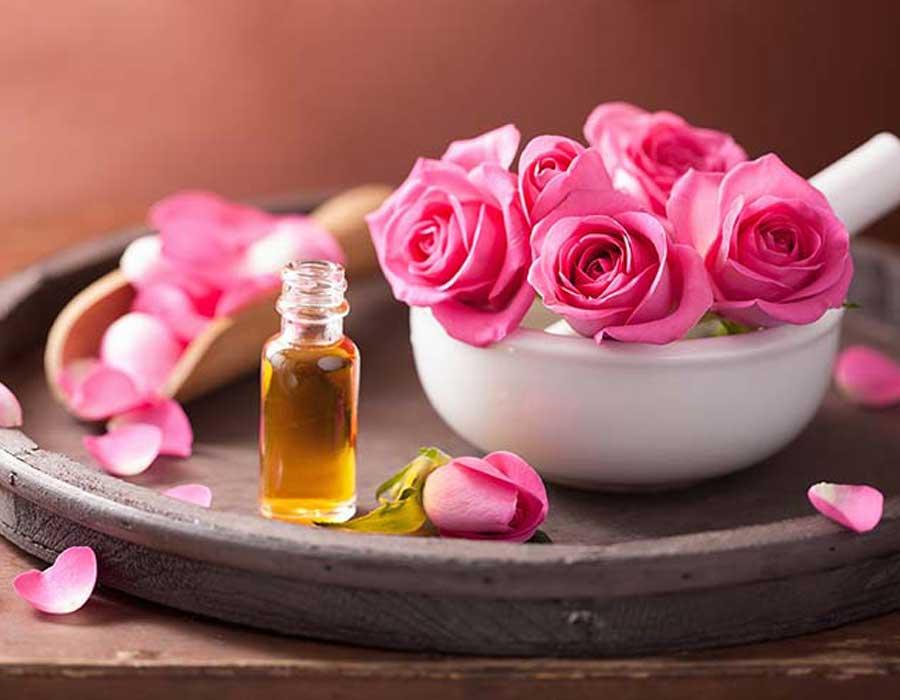 استخدامات زيت الورد لبشرة مشرقة وشعر قوي