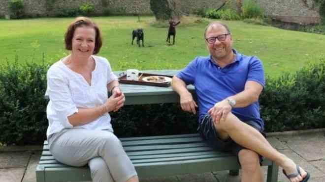 بريطانية تنقذ زوجها مرتين والإسعاف تشيد بها
