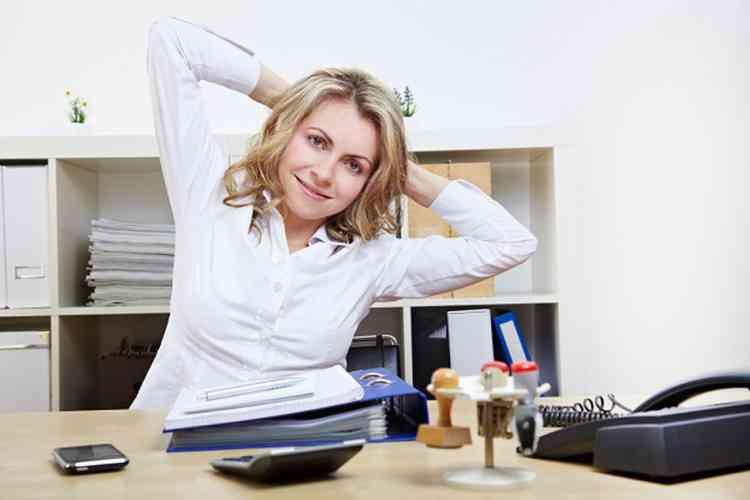 تمارين أثناء الجلوس على المكتب لتحافظي على مروتنك