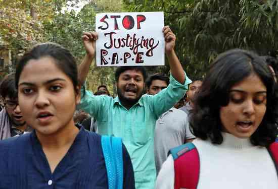 حرق سيدة هندية بعد أن اتهمت رجال باغتصابها