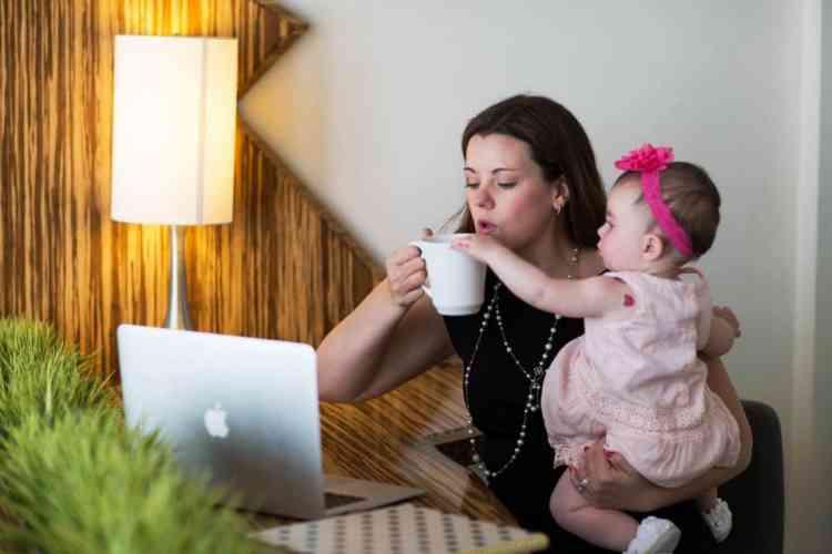 حقوق الأم العاملة أقرتها القوانين وضاعت عند التنفيذ