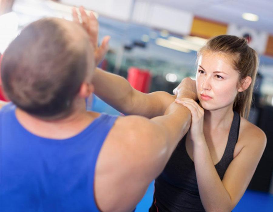 طرق الدفاع عن النفس التي يجب أن تعرفها كل امرأة