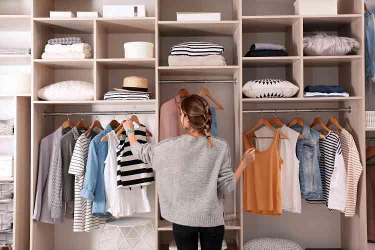 طرق ترتيب دولاب الملابس بحيل سهلة التنفيذ