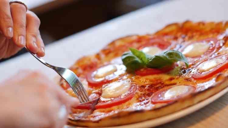 طريقة عمل البيتزا الإيطالية من العجينة للحشو