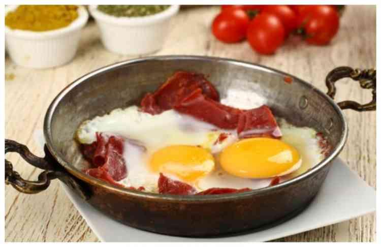 طريقة عمل البيض بالبسطرمة لأشهى أطباق الفطور