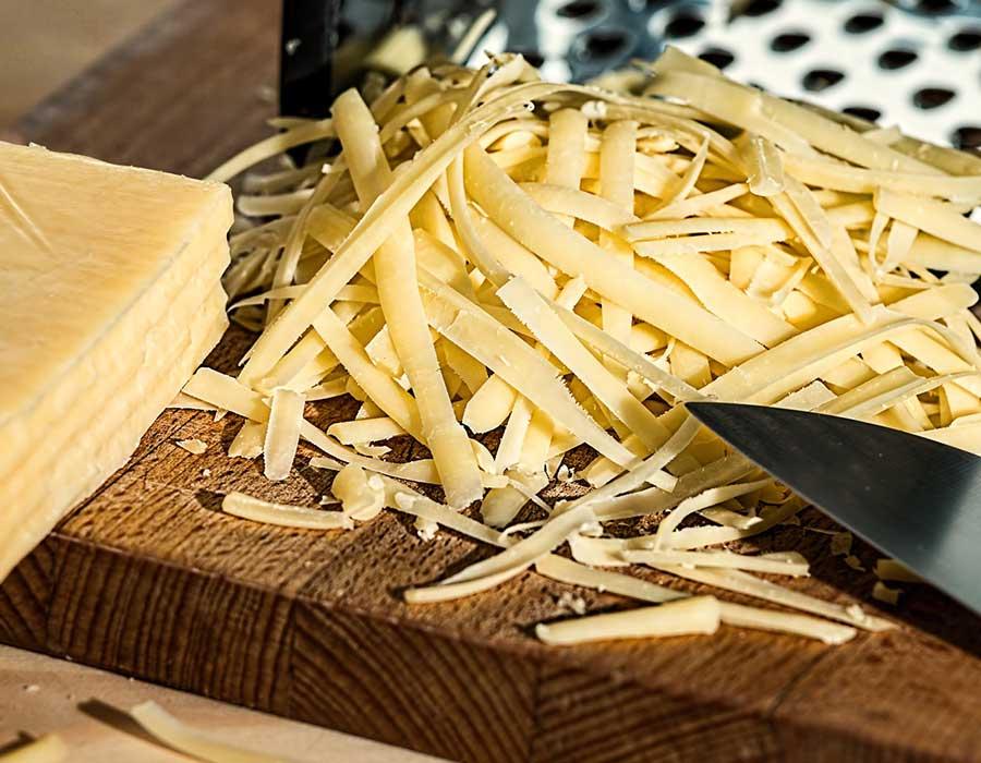 طريقة عمل الجبنة الرومي بمكونات مضمونة في منزلك