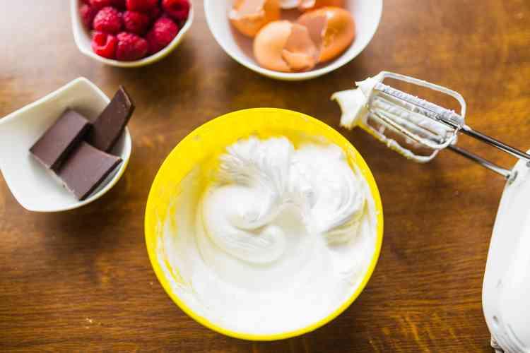 طريقة عمل الكريم شانتيه لتزيني الحلوى بنفسك