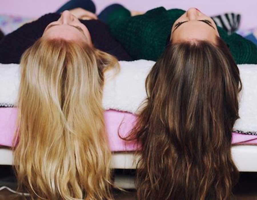 طريقة عمل صبغة الشعر في المنزل وكيفية العناية به