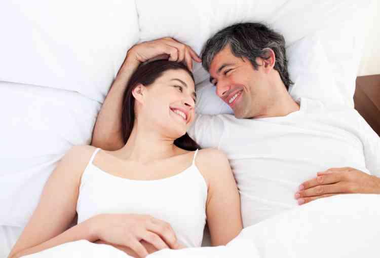 كيف تختلف نظرة الرجال والنساء للعلاقة الحميمة؟