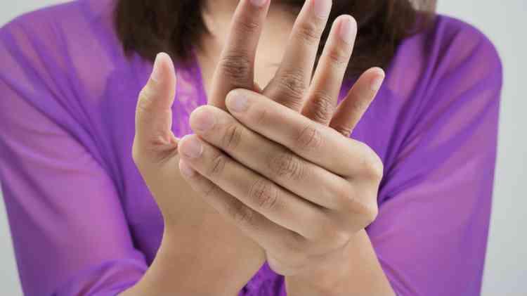 ما هي أسباب تنميل اليد و11 نصيحة للتغلب عليه