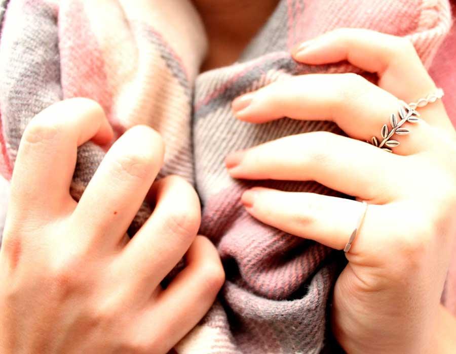 وصفات طبيعية لتفتيح اليدين وروتين العناية بها