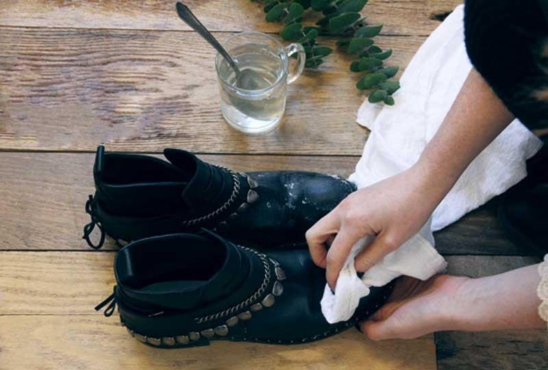 تلميع الأحذية الجلد بالخل