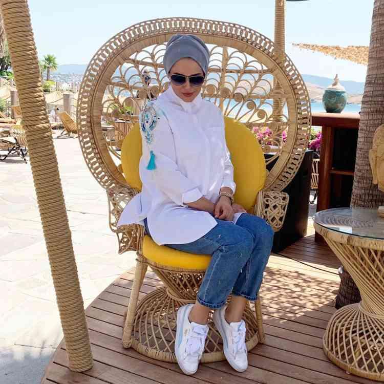أزياء محجبات تركية قميص أبيض وبنطلون جينز