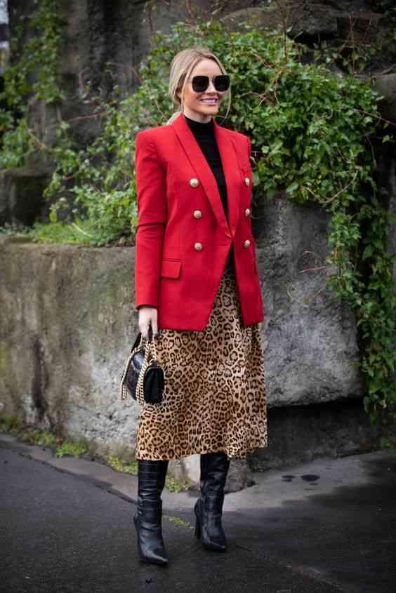 بليزر أحمر مع تنورة تايجر