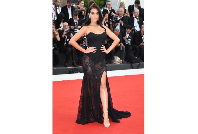 فستان أسود شفاف بمهرجان فينيسيا السينمائي 2018
