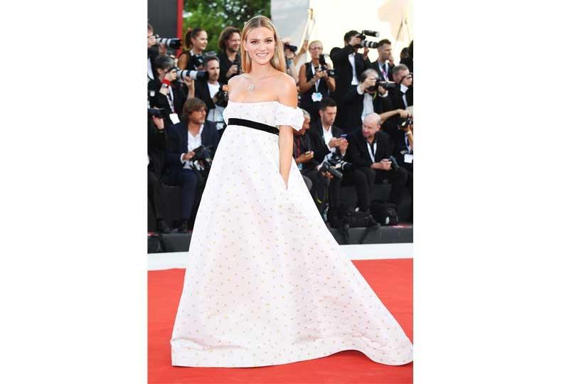 فستان أبيض في مهرجان فينيسيا السينمائي 2018