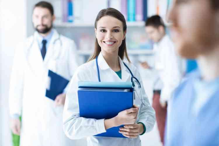 أعلى وظائف أجرا للنساء في 2020 طبيبة