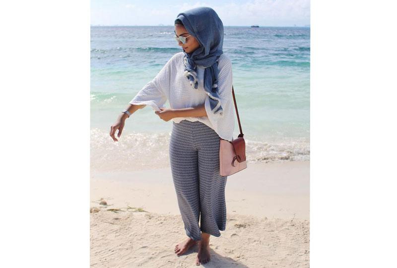 كوني بسيطة في اختيار إطلالاتك على الشاطىء مع الحجاب