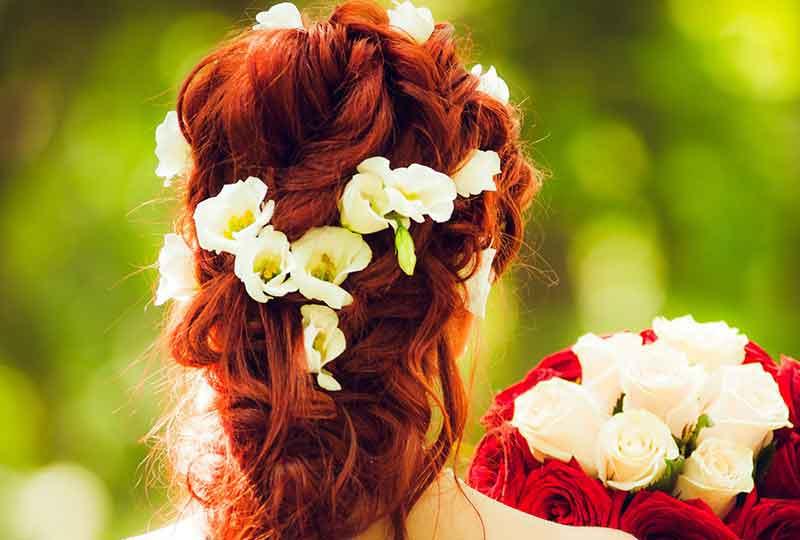تاج الزهور الملفوف على الشعر