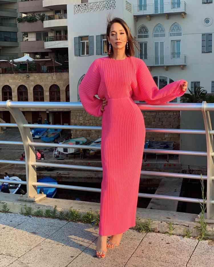الفاشونيستا لانا الساحلي بفستان وردي