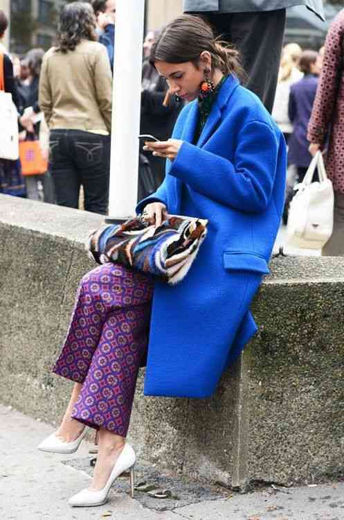تنسيق اللون الأزرق في الملابس مع البنفسجي