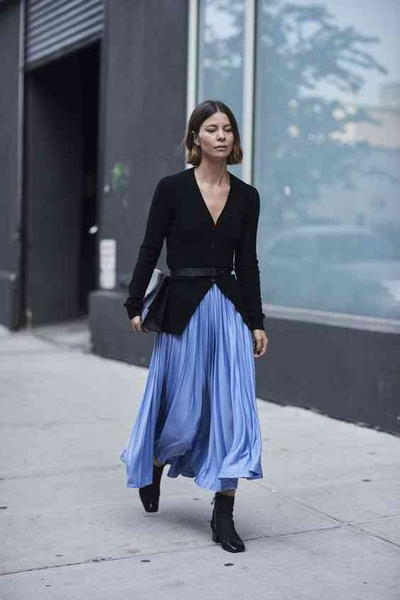 تنسيق اللون الأزرق في الملابس مع الأسود