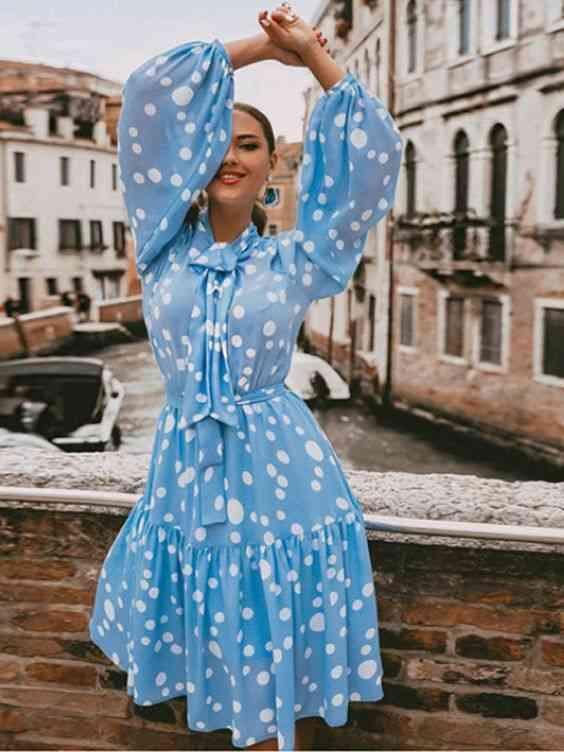 موضة صيف 2020 فستان بولكا دوتس لبني