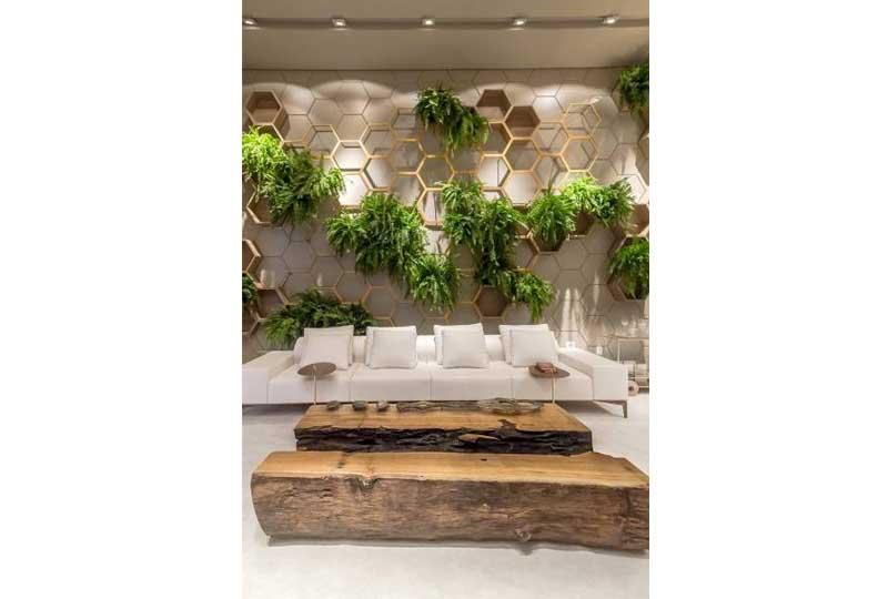 ديكورات حوائط بالنباتات مع الخشب والإضاءة