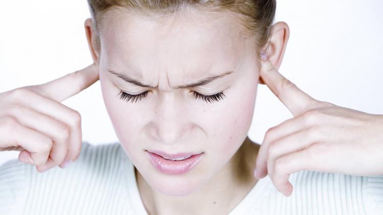 أسباب طنين الأذن والصداع